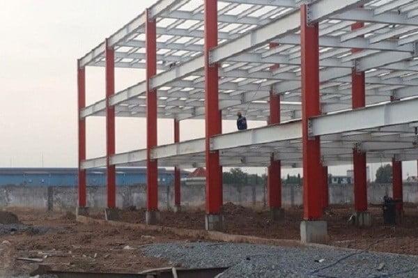 Nhà xưởng màu đỏ khung thép 3 tầng đẹp nổi bật